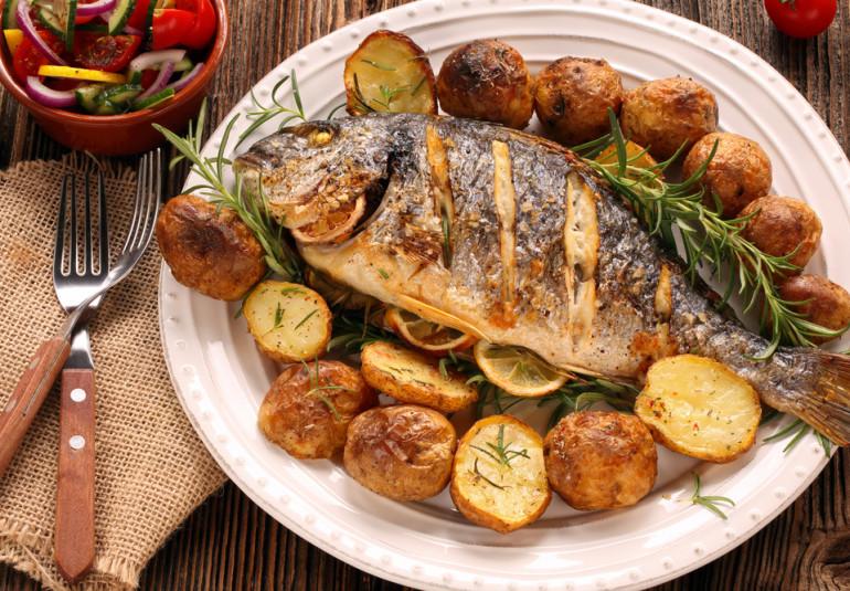 El pescado al horno se cocina con la piel hacia arriba o abajo